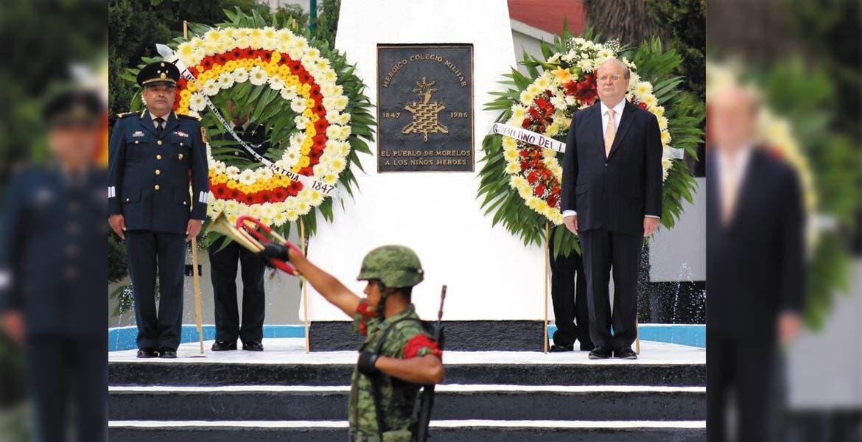 Honores. El Gobernador Graco Ramírez y el General de Brigada DEM Fausto Bautista Ramos, comandante de la 24ª Zona Militar, en guardia de honor.