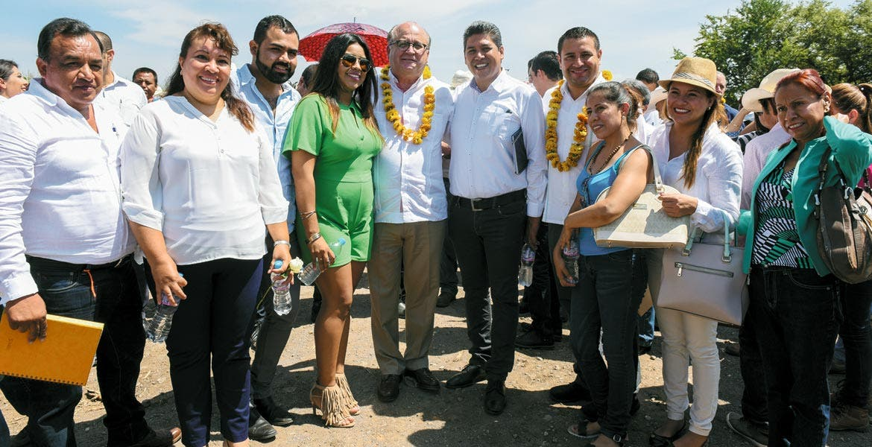 Entrega. El Gobernador Graco Ramírez acompañado por el titular de la Ceagua, Juan Carlos Valencia Vargas, durante la inauguración de la modernización de la zona de riego en Telixtac