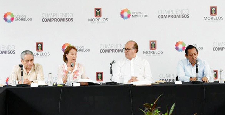 """Evento. El Gobernador Graco Ramírez acompañado por la secretaria de Educación, Beatriz Ramírez Velázquez, durante la revisión para poner en marcha la segunda edición del programa """"Un lugar para ti"""""""
