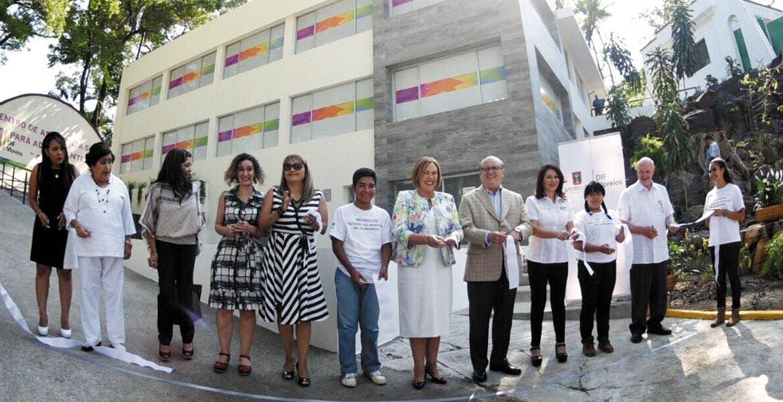Inauguración. La presidenta del Sistema DIF Morelos, Elena Cepeda, acompañada del Gobernador Graco Ramírez y otras autoridades, cortó el listón del nuevo Centro de Asistencia Social al Adolescente.