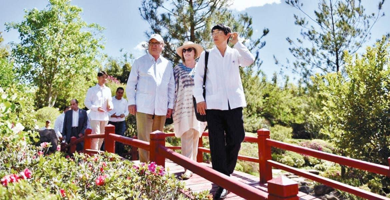 Visita. El Gobernador Graco Ramírez acompañado por el Embajador de Japón en México, Akira Yamada, durante un recorrido por el Jardínes de México.