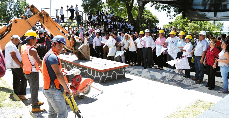 Evento. El Gobernador Graco Ramírez y su esposa, Elena Cepeda, durante la puesta en marcha de la obra, parte del compromiso contraído en el año de 2013.