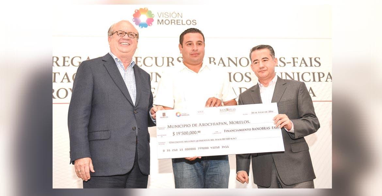 Entrega. El Gobernador Graco Ramírez acompañado por el director de Banobras, Abraham Zamora Torres, durante la entrega de cheques simbólicos a 12 municipios.