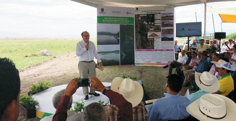 Obras. El Gobernador Graco Ramírez recibió un reconocimiento por parte de campesinos y comuneros de Jonacatepec por el bordo de agua entregado