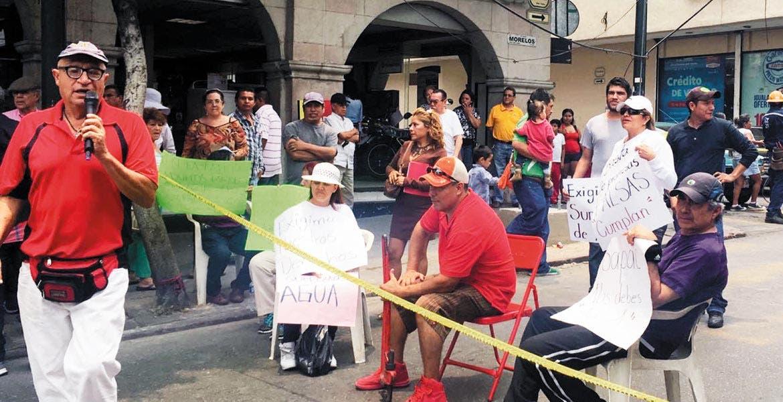 Problemática. La falta de agua ha llevado a los vecinos a bloquear las principales arterias de la capital en demanda de agua.