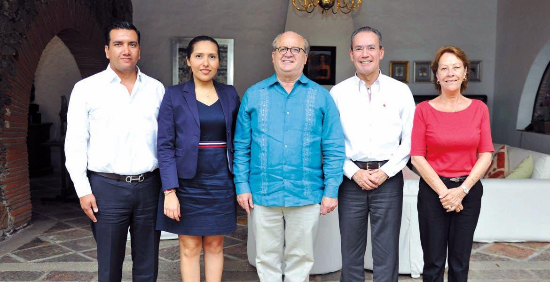 Reunión. El Gobernador Graco Ramírez, acompañado por el director general del Inifed, Héctor Gutiérrez de la Garza, así como por la secretaria de Educación estatal, Beatriz Ramírez Velázquez.
