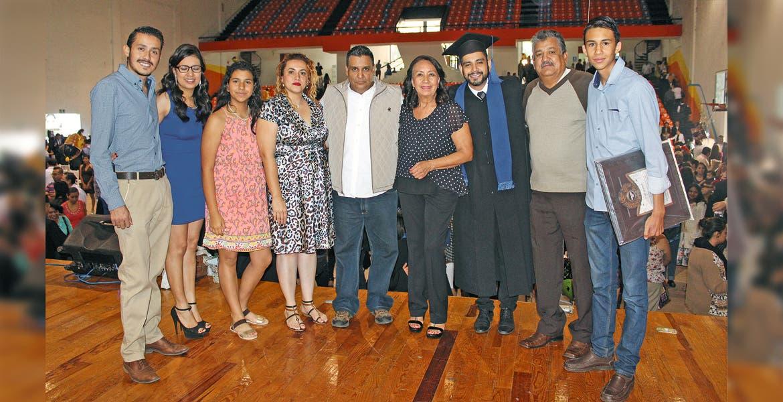Maximiliano Rojas, Gabriela y Alejandra Lara, Diana Gómez, Sergio Lara, hijo, Emperatriz Oropeza, Rodrigo, Sergio, padre, y Mauricio Lara