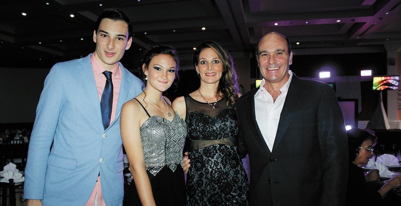 Oscar, hijo, y Erika Turbay con Érika Barrón y Óscar Turbay, padre.