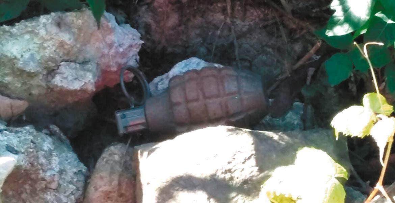 Operativo. La granada fue hallada entre unas piedras del camino.