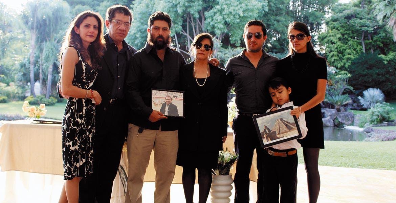 Mara, Humberto, padre e hijo, Lupita, Juan Manuel y Laura Peraza con Leonardo Meza