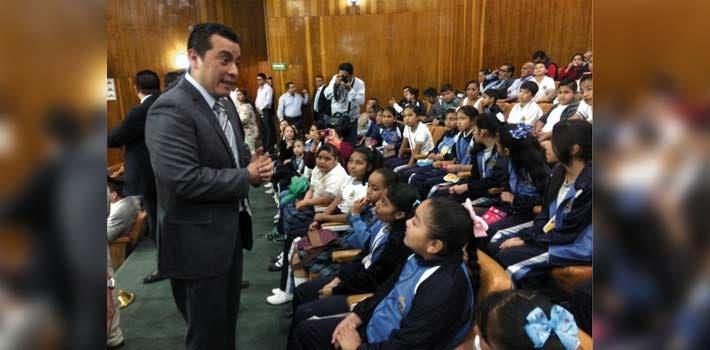 Invitados. Alumnos de varias primarias del estado fueron testigos del homenaje al Artículo 3° de la Constitución Política.