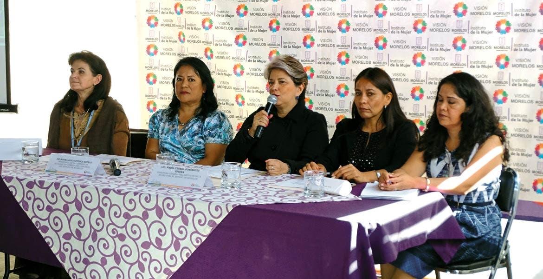 También. La directora del Instituto de la Mujer, Teresa Domínguez, entregó reconocimiento a las funcionarias y funcionarios que concluyeron el curso que promueve inclusión de mujeres y hombres en dependencias públicas.