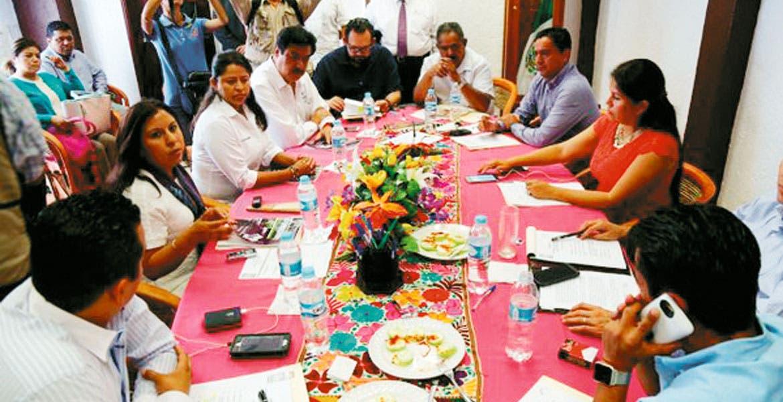 Reunión. Los comisionados del IMIPE entregaron a los coordinadores parlamentarios el informe en libros.