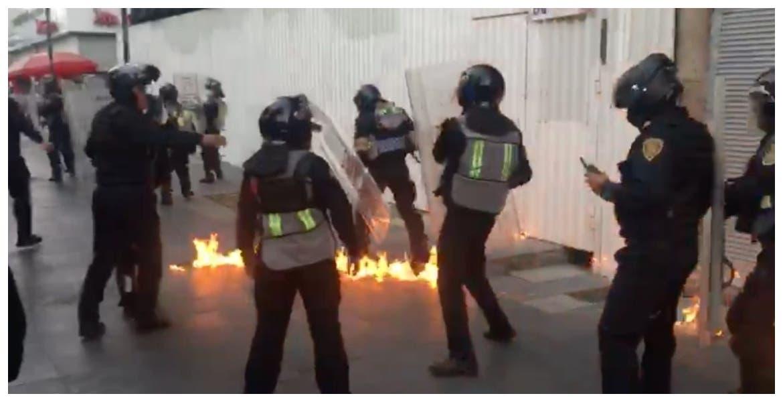 Jóvenes encapuchados, lanzan bombas molotov a policías de CDMX