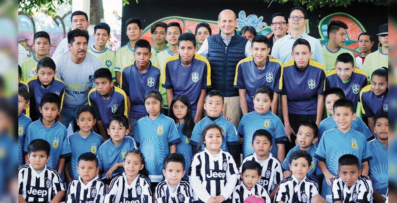 Apoyan. Jaime Álvarez entregó uniformes a niños y jóvenes que participan en la liga de la colonia Lagunilla, de Cuernavaca, con lo que busca impulsar el deporte en esta zona.