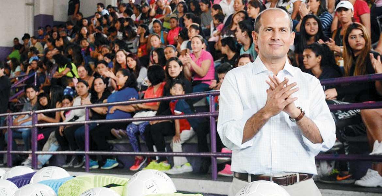 Equipo. Jaime Álvarez Cisneros se reunió con las deportistas y sus familias en el Parque Revolución.