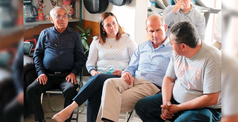 Diálogo. Jaime Álvarez Cisneros y Jéssica Ortega de la Cruz se reunieron con los 23 ayudantes municipales de Ayala, con los que buscan impulsar sus comunidades.