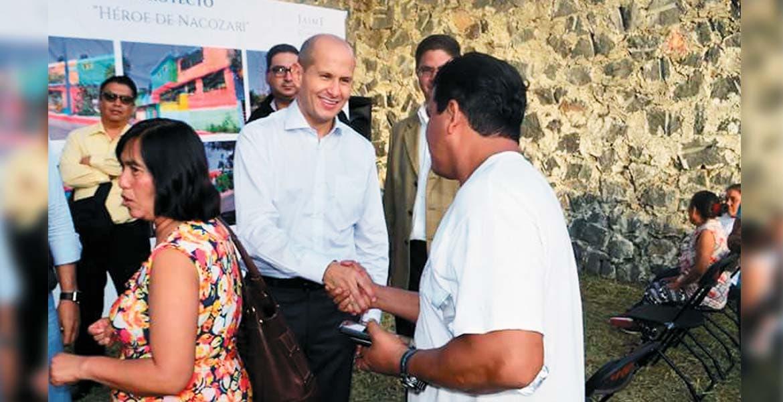Encuentro. El legislador Jaime Álvarez Cisneros se reunió con habitantes a quienes les presentó el proyecto de rescate de la calle Héroe de Nacozari