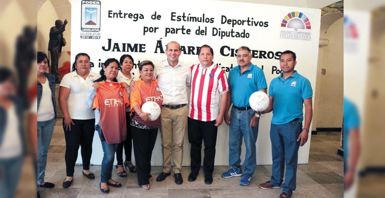 Apoyos. Jaime Álvarez Cisneros entregó paquetes deportivos a los integrantes de los sindicatos del Poder Ejecutivo, así como del Poder Judicial