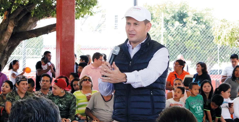 Encuentro. El diputado Jaime Álvarez Cisneros acompañado por los beneficiados.