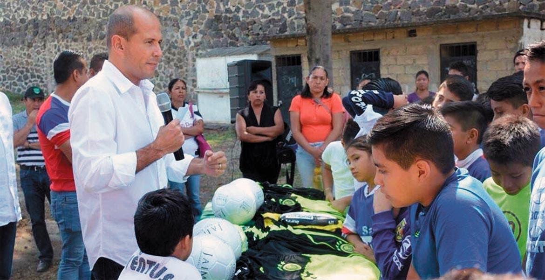 Uniformes. Jaime Álvarez entregó equipamiento para los pequeños que practican futbol en la cancha de la colonia Pilares.