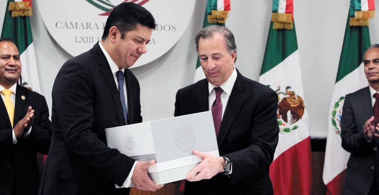 Protocolo. Javier Bolaños recibe el documento de manos de José Antonio Meade, nuevo titular de la SHCP.