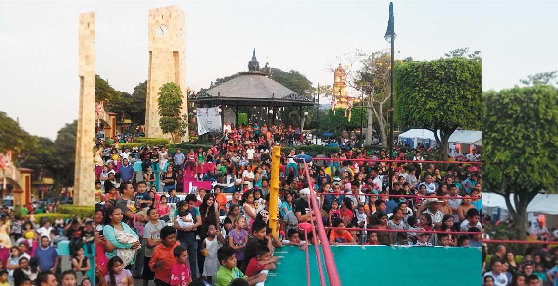Anuncio. Durante la Caravana de la Alegría, el alcalde Manuel Agüero anunció que habrá mejoras en las escuelas a través de programa especial.