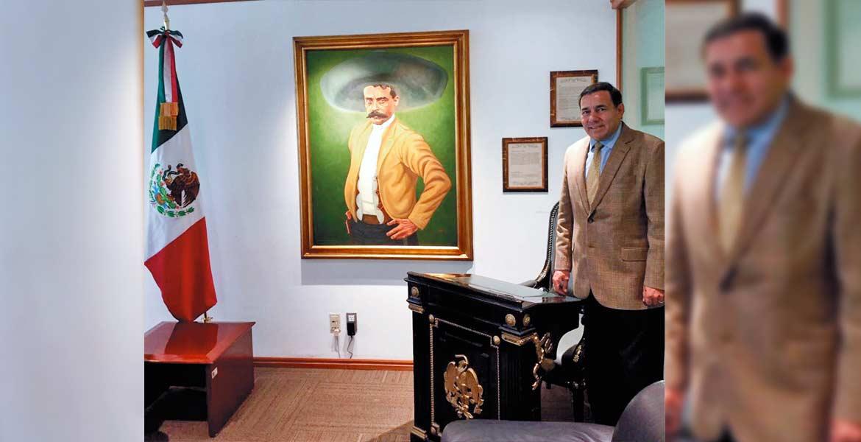 Símbolo. Jorge López Flores, vicepresidente del Grupo Diario de Morelos, junto a la curul de madera laqueada en negro.