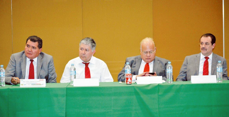 Relevo. Jorge Tamariz Ocampo (primero de izquierda a derecha) sustituirá en el cargo a Gerzaín Tellitud Plancarte, quien estará en Valle de Bravo.