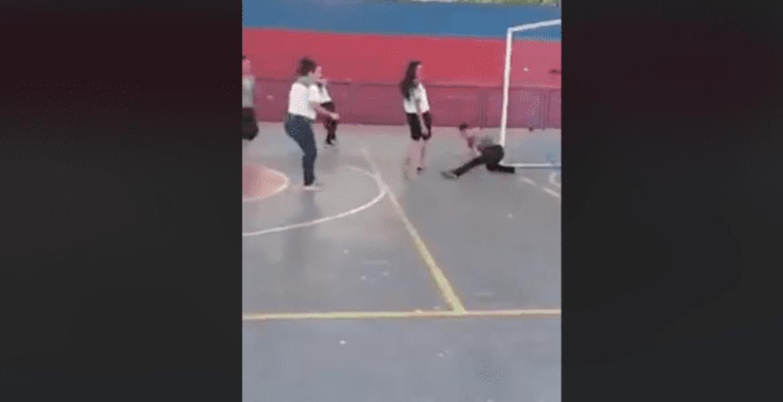 Joven causa sensación y se vuelve viral por su peculiar forma de jugar fútbol