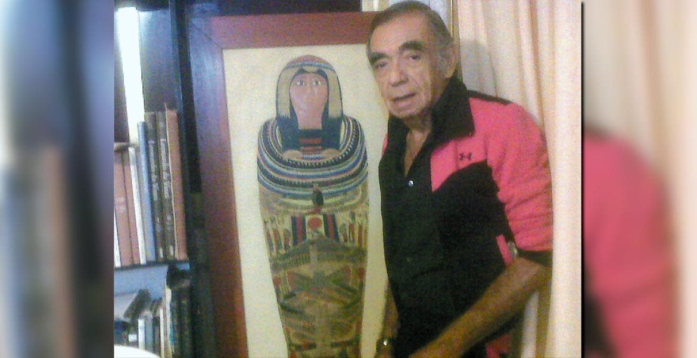 El Pintor Carrum frente a su esfinge egipcia.