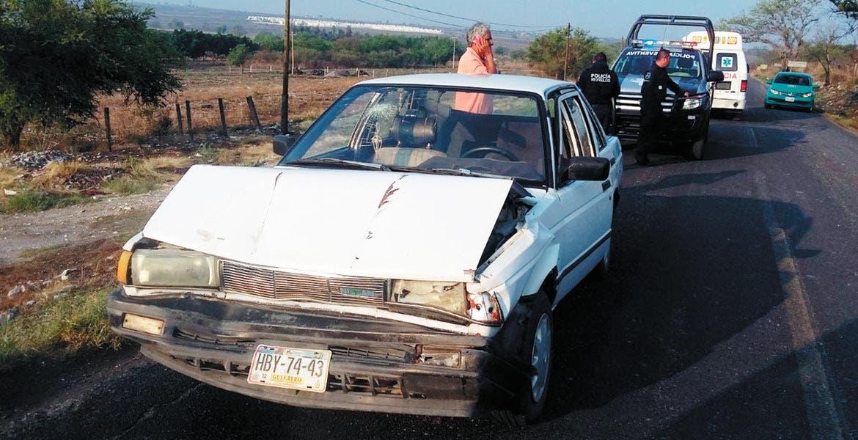 Percance. Así quedó el Tsuru en donde viajaba Doña María, quien resultó lesionada, tras chocar contra una ruta de la línea Dorados del Sur, en Jojutla.