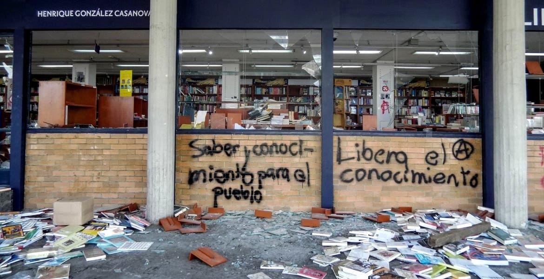 Jóvenes saquean librería en CU; UNAM los califica como 'delincuentes'