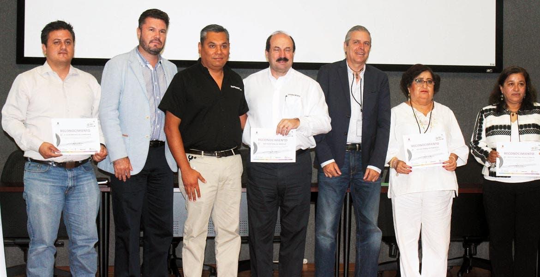 Colaboración. Autoridades reconocen a alcaldes por su participación en la cuarta edición del Llantatón.