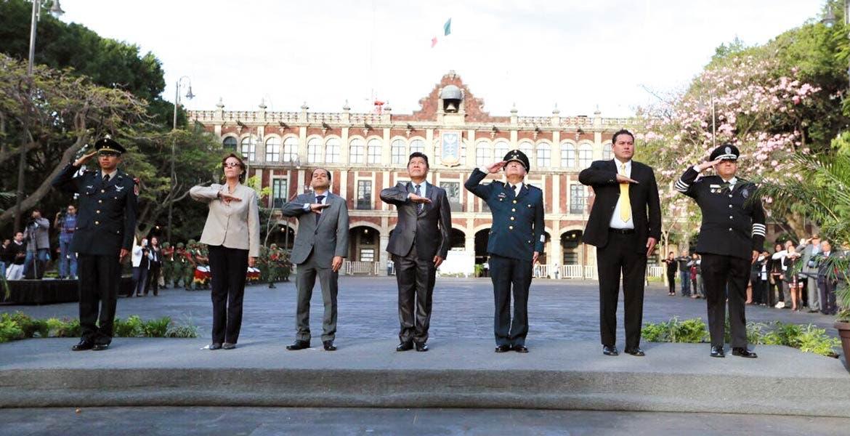 Acto protocolario. El secretario de Gobierno, Matías Quiroz, encabezó el izamiento de bandera durante la ceremonia por el Día del Ejército.