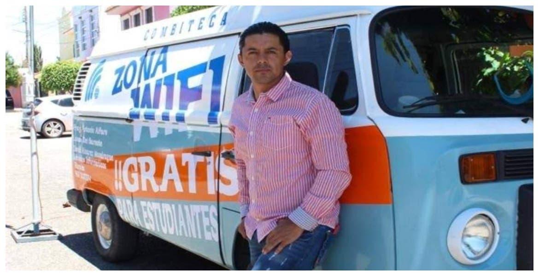 """Maestro y su """"Combiteca"""" llevan internet gratis a niños de Chiapas"""