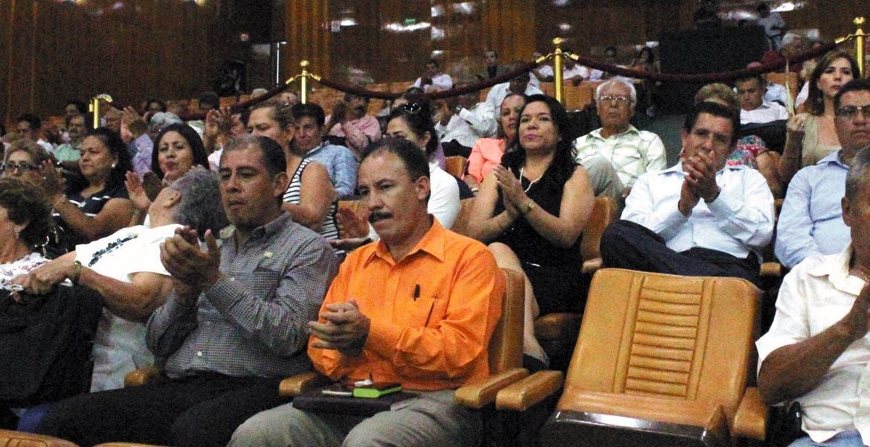 Visitas. La dirigente magisterial, Gabriela Bañón, y un grupo de maestros acudieron al Congreso a atestiguar el exhorto para el Poder Ejecutivo.