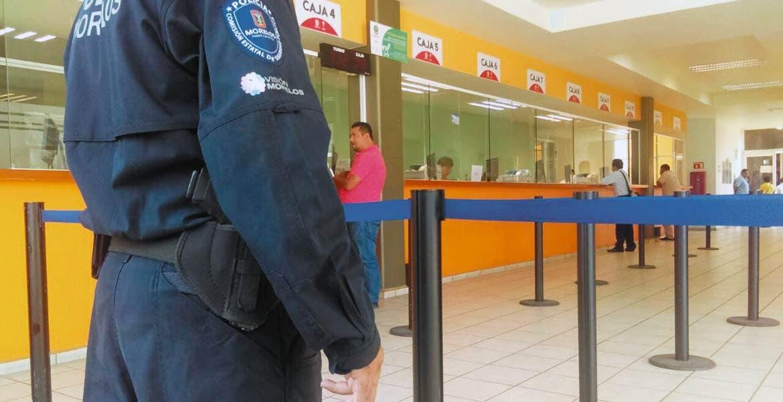 Resguardan. Tras el intento de robo a la Tesorería de Cuernavaca, ayer policías estatales custodiaron la dependencia.