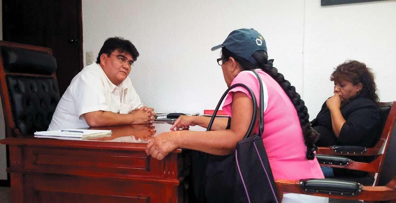 De viva voz. El alcalde de Jiutepec, Manuel Agüero Tovar, atendió a ciudadanos para escuchar sus peticiones referentes a necesidades en sus colonias.