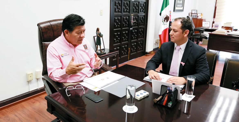 """Encuentro. El secretario de Gobierno, Matías Quiroz Medina, y Luis Ortiz Salgado, responsable de la Procuraduría de la Defensa del Menor, afinan detalles del programa """"Acogimiento Familiar como Medida de Protección""""."""