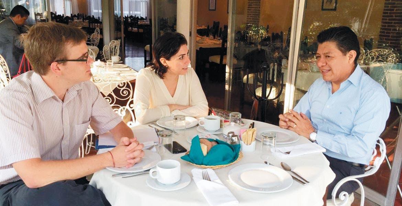 Charla. El secretario de Gobierno Matías Quiroz Medina, se reunió con observadores de la Organización de las Naciones Unidas, quienes pretenden documentar el trabajo y la coordinación en la exhumación de los cuerpos de las fosas de Tetelcingo.