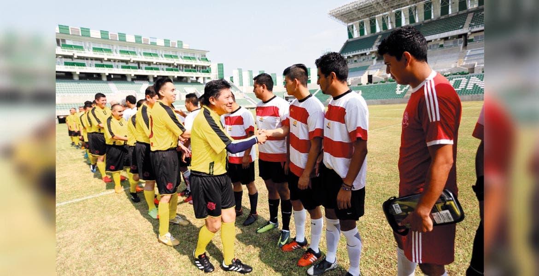 Convivencia. El secretario de Gobierno participó en un duelo de futbol con representantes de medios