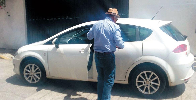 Operativo. Un Seat que prestaba servicio para Uber fue asegurado en la calle 12 de Octubre, de la colonia Vicente Estrada Cajigal.