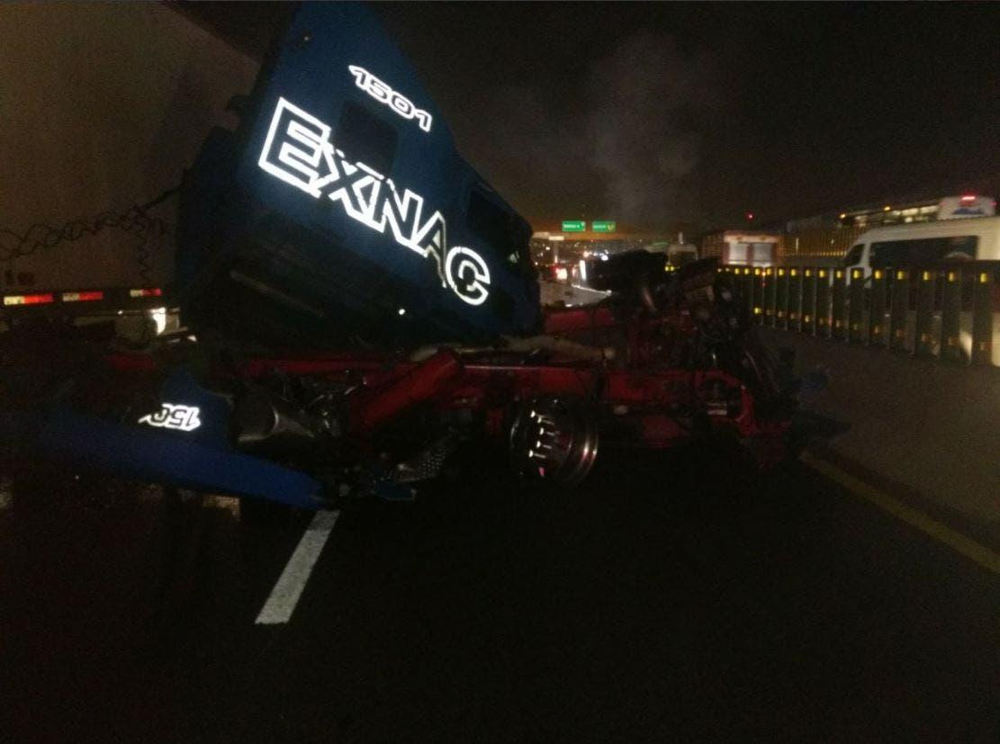 Choque de tráiler ocasiona caos vial en autopista México-Puebla