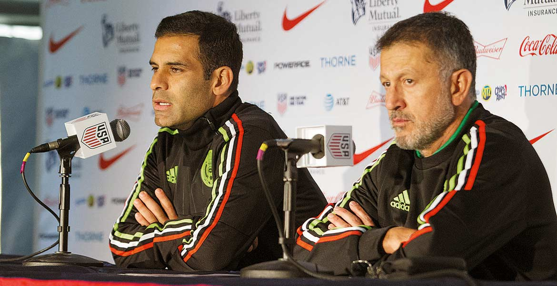 Conferencia. Juan Carlos Osorio y Rafael Márquez hablaron ayer.