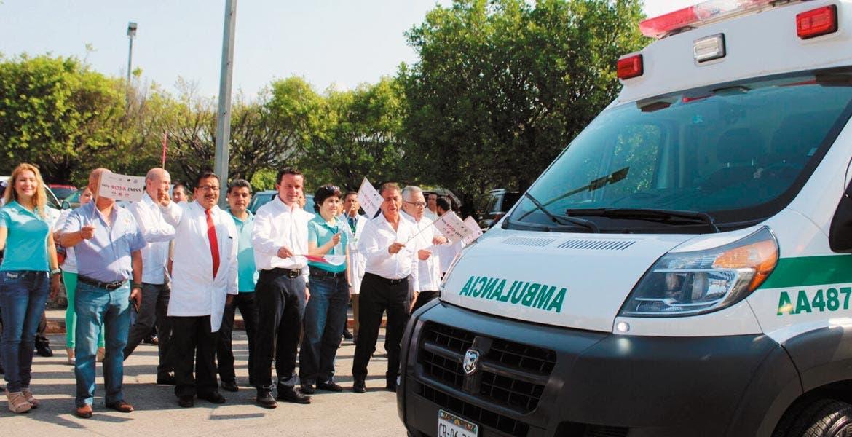 Equipo. Con la entrega de cinco ambulancias, el director general del IMSS supervisó la remodelación en el área de Urgencias en Cuernavaca, donde se mejoraron cuatro quirófanos y se espera la conclusión de otros cuatro.