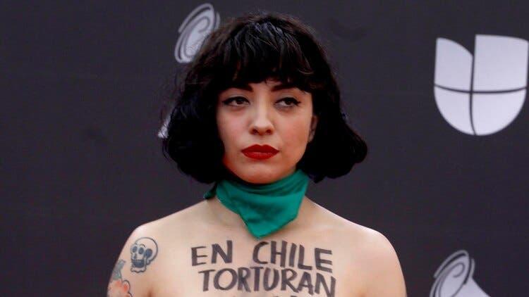 Mon Laferte protesta por la violencia en Chile,en los Grammy Latinos