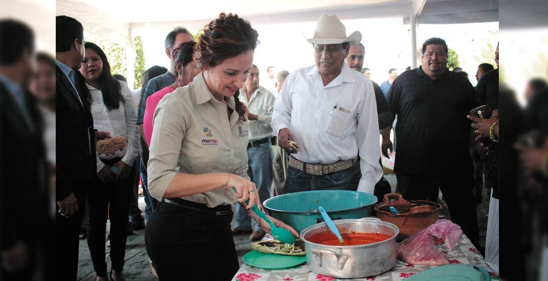 Festeja. Mónica Reyes Fuchs asistió a la conmemoración de la erección de Atlatlahucan como municipio, hace 84 años.