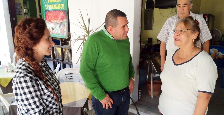 Visita. Mónica Reyes Fuchs, secretaria de Turismo, y Agustín Alonso Gutiérrez, alcalde de Yautepec, con los comerciantes.