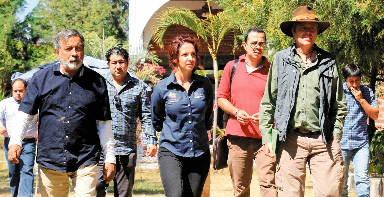 Recorrido. La secretaria de Turismo, Mónica Reyes Fuchs, y el titular de Desarrollo Sustentable, Topiltzin Contreras MacBeath, visitaron la empresa Extraromi, ubicada en Totolapan.